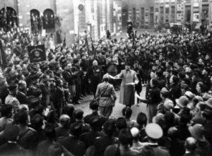 Piazza San Sepolcro, riunione celebrativa di Mussolini con camicie nere, militari e balilla